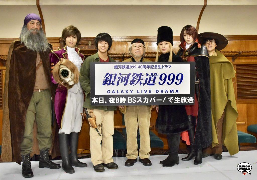 Leiji Matsumoto attorniato dal cast del Galaxy Live Drama.