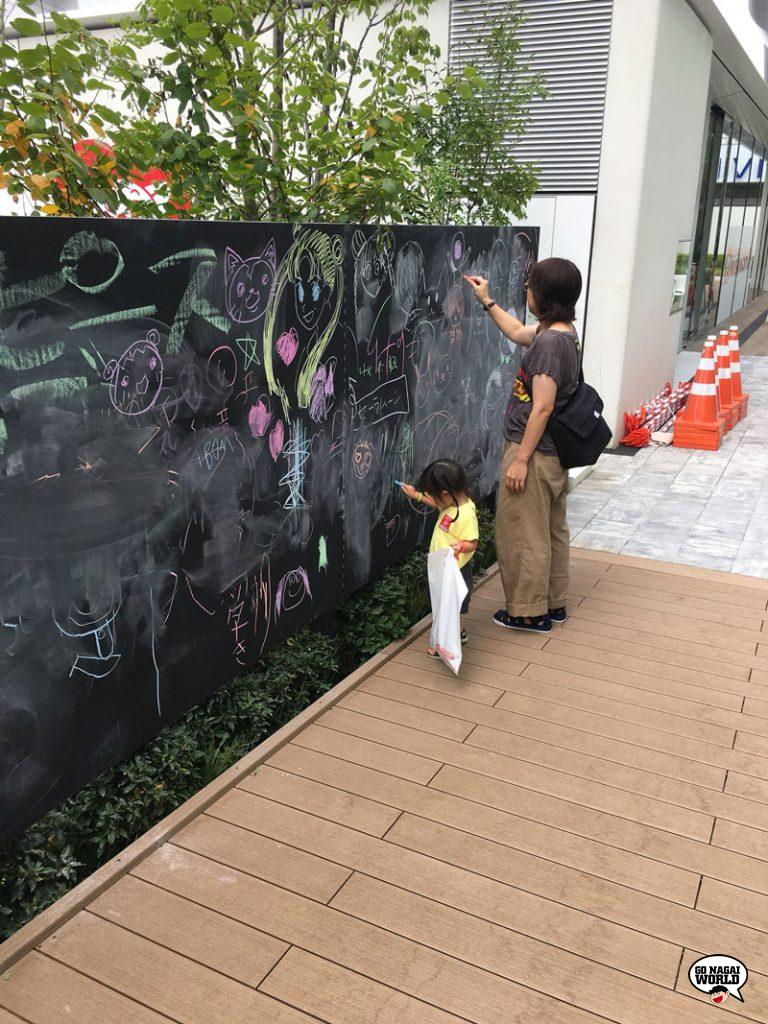 la grande lavagna all'interno del cortile alberato del Toei Animation Museum (foto @takesho0415).