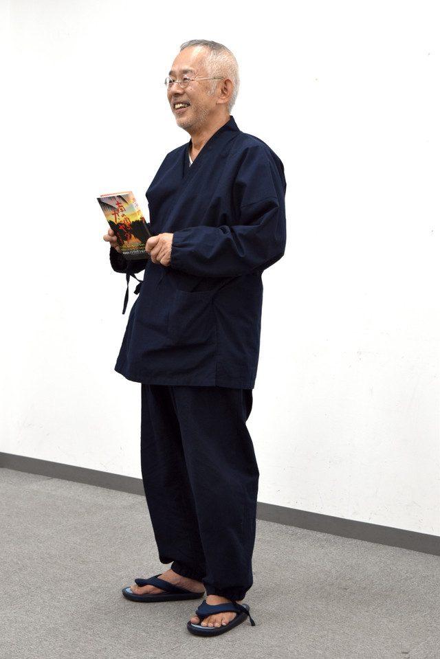 Ancora Toshio Suzuki, in posa con li suo libro.