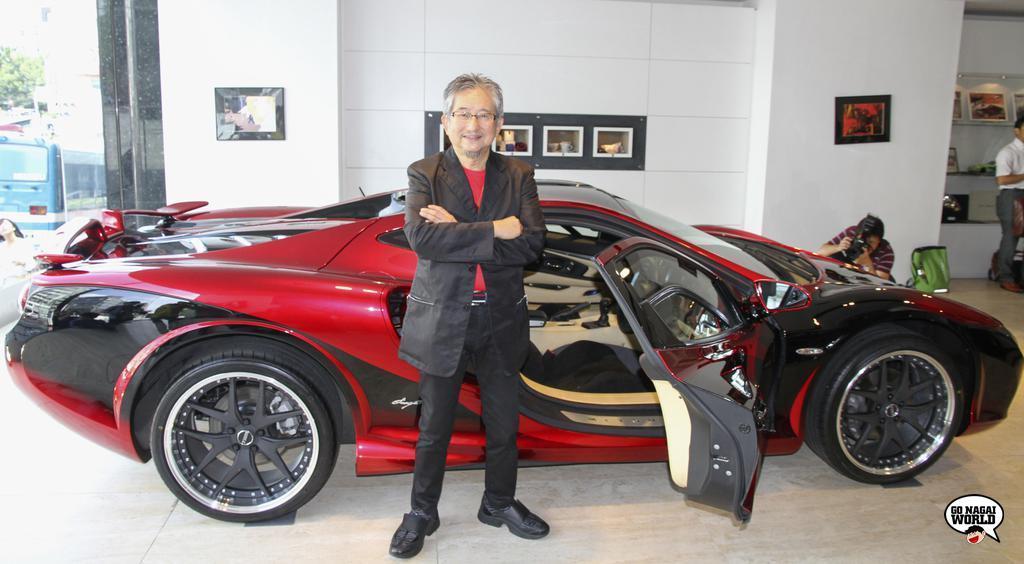 Go Nagai festeggia i suoi 50 anni di carriera come autore professionista, ammirando dal vivo la fuoriserie Devilman Orochi.