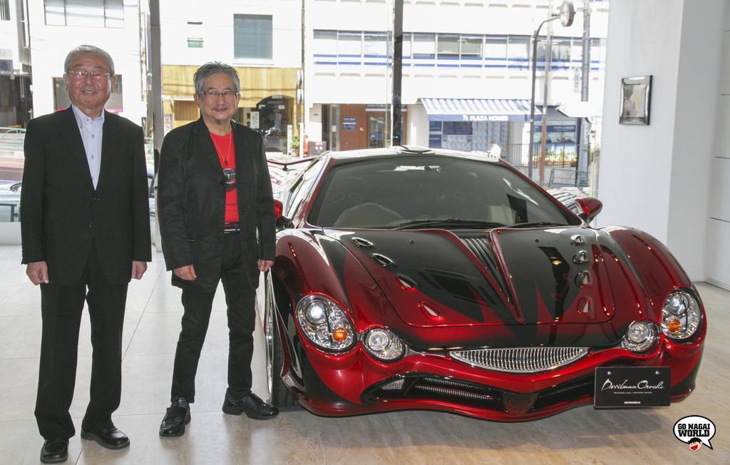 Susumu Mitsuoka e Go Nagai, accanto alla Devilman Orochi.