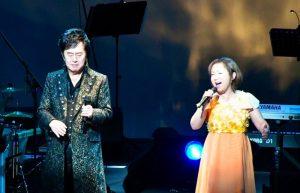 Mitsuko Horie sul palco dello Yomiuri Otemachi Hall per i 72 anni di Ichiro Mizuki