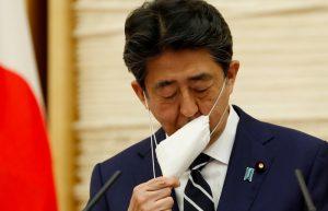 Coronavirus: l'intero Giappone esce dallo stato di emergenza (ma la popolarità di Shinzo Abe scende ai minimi storici)