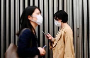 Una città giapponese vuole vietare l'uso degli smartphone mentre si cammina